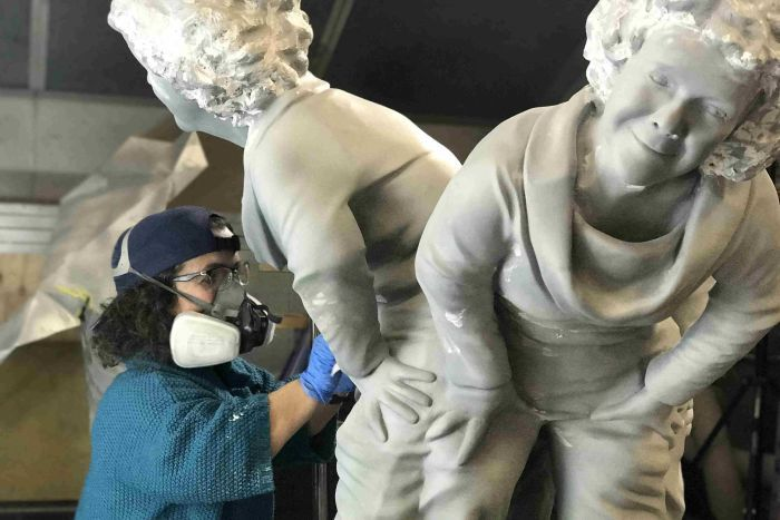 PHOTO: Keenahan working on her sculpture ( ABC News/Antonette Collins)
